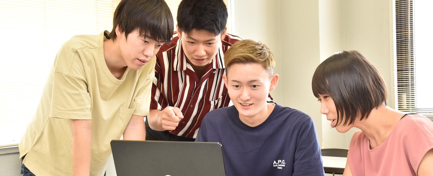 昼間部:関西で唯一!専門資格を3つ以上取得できる。2年でしっかりと学ぶ「心理」と「福祉」