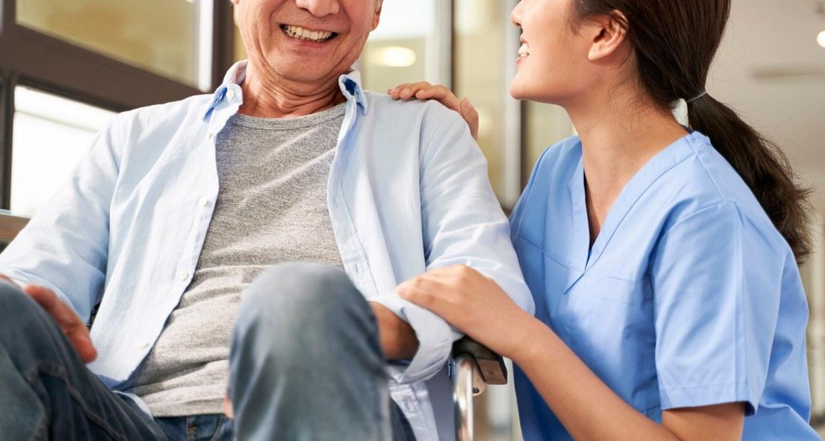 介護士と談笑する高齢者